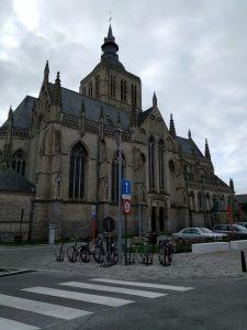 Gotisk kirke på et gadehjørne